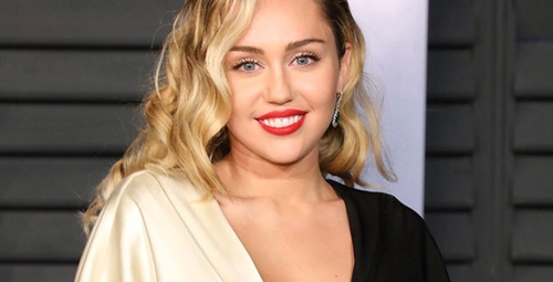 Ünlü şarkıcı Miley Cyrus kalça dansıyla nefesleri kesti!