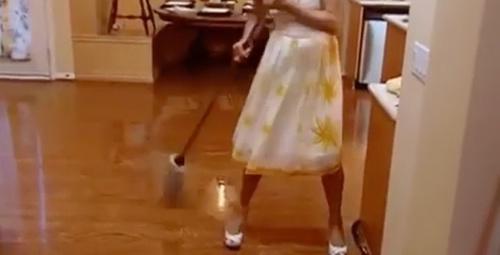 Ünlü şarkıcının evde temizlik yaptığı video rekor kırdı!
