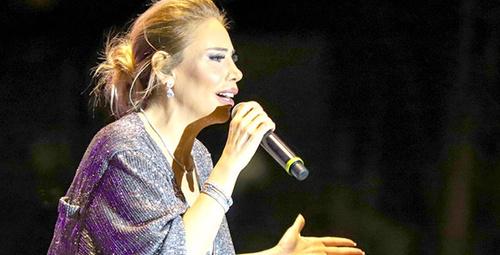 Ünlü şarkıcı konserde kalça dansı ayakta alkışlandı!