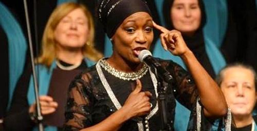 Dünyaca ünlü şarkıcı ilahi okuyarak alkış topladı!