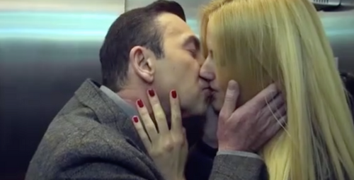 Arka Sokaklar'a damga vuran sahne! Asansör'de öpüştüler!