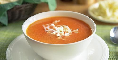 Üzerinde kaşarıyla: Domates çorbası