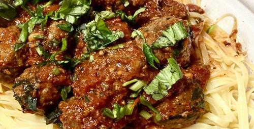 Büyüleyici bir tat: Domatesli fesleğen soslu köfte
