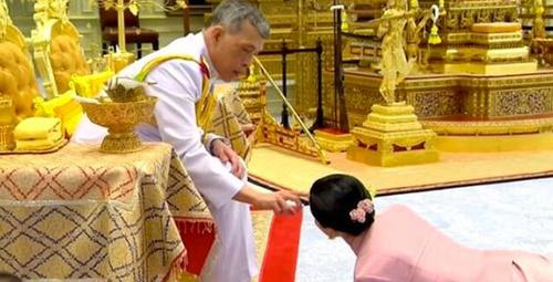Tayland Kralı, çıplak fotoğrafları ifşa olan metresiyle...