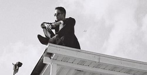 Robert Pattinson çatıya çıktı!