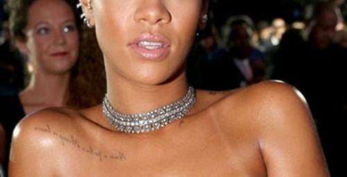 Rihanna'nın ödül törenindeki cesur kıyafeti!