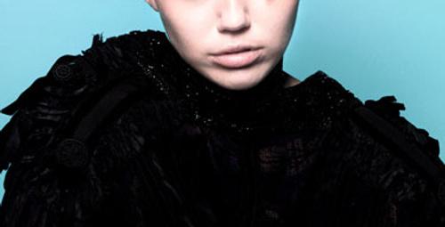 Miley Cyrus'tan yine çok tuhaf pozlar!