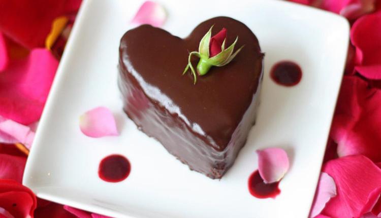 Sevgililer Günü pastası nasıl yapılır ve gerekli malzemeler nelerdir?