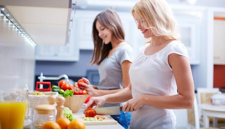 İftar menüsü: Köz patlıcan çorbası, saç kavurma, zeytinyağlı biber dolması ve vişne hoşafı tarifi