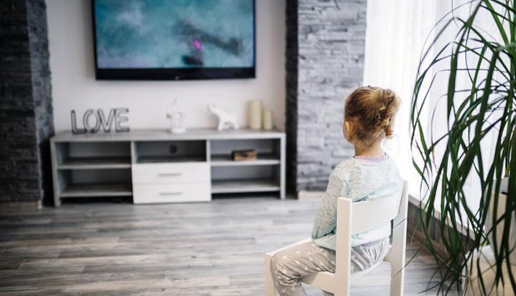 Çocuklar kaç yaşında televizyon izlemeli erken yaşta TV izlemek...