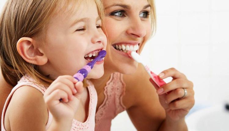 Çocuklar için diş fırçası seçmek için ne yapmalı 3 temel adımı var!