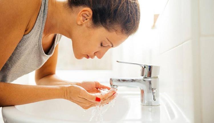 Yüz temizleme nasıl yapılır uzun süre durulayın!
