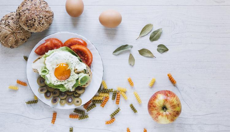 Sağlıklı salata nasıl yapılır metal bıçak yerine elinizle doğrayın!