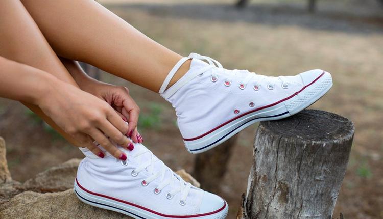Beyaz ayakkabı nasıl temizlenir aseton dökerseniz...