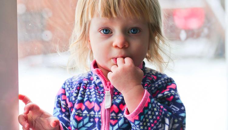 Çocuğun parmak emmesi nasıl bıraktırılır altında sevgisizlik yatıyor!