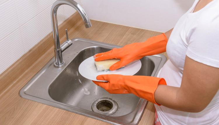 Kurumuş yemek kalıntıları nasıl temizlenir pişirme sodasıyla yıkayın!