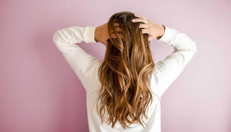 Saçları gür göstermek için ne yapmalı kuruturken tarakla taramayın!
