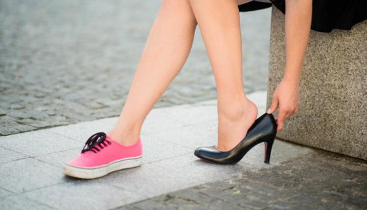 Topuklu ayakkabı giymenin zararları kemikte kalıcı hasara yol açıyor!