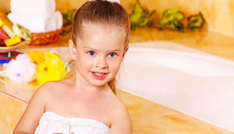 Büyük çocuğa banyo nasıl yaptırılmalı iç çamaşırını çıkartmayın!