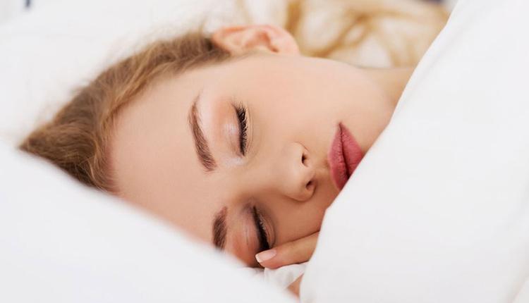 Makyajla uyumanın zararları neler cildi solgun gösteriyor!