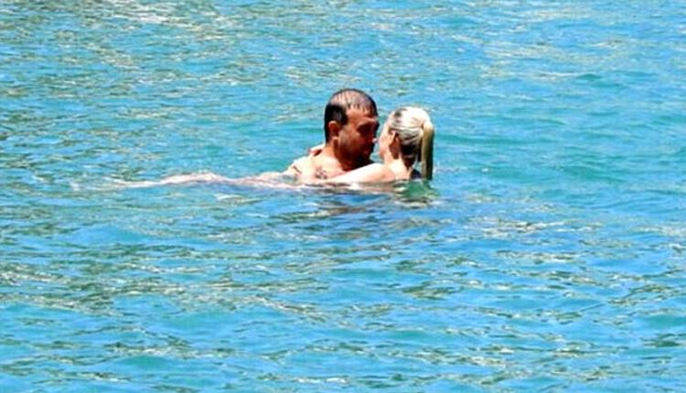 Emine Ün ve eşi Tolga Karakaş denizde aşka geldi eşini öpücüklere boğdu!