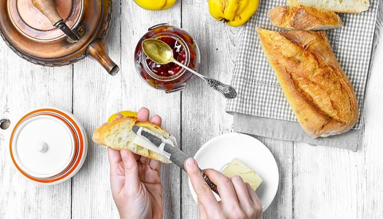 Kahvaltı için ayva reçeli nasıl yapılır? Kızarmış ekmeğin üzerine...