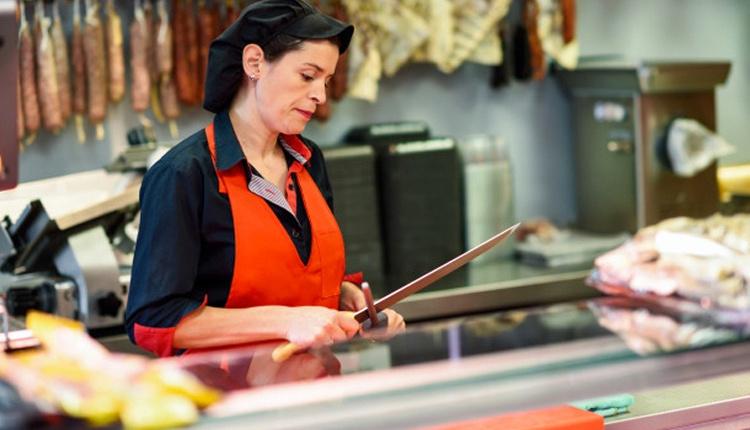 Et kesmek için kaliteli bıçak seçerken bilenmeye uygun olduğuna dikkat edin!