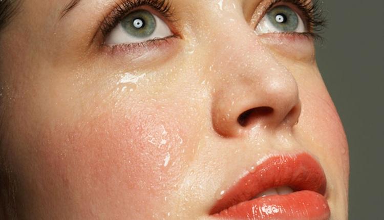 Yüz terlemesine ne iyi gelir? Salatalık suyu mucize yaratıyor!