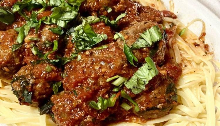 domatesli feslegen soslu kofte nasi 1UNw cover - Domatesli fesleğen soslu köfte nasıl yapılır büyüleyici bir tat!