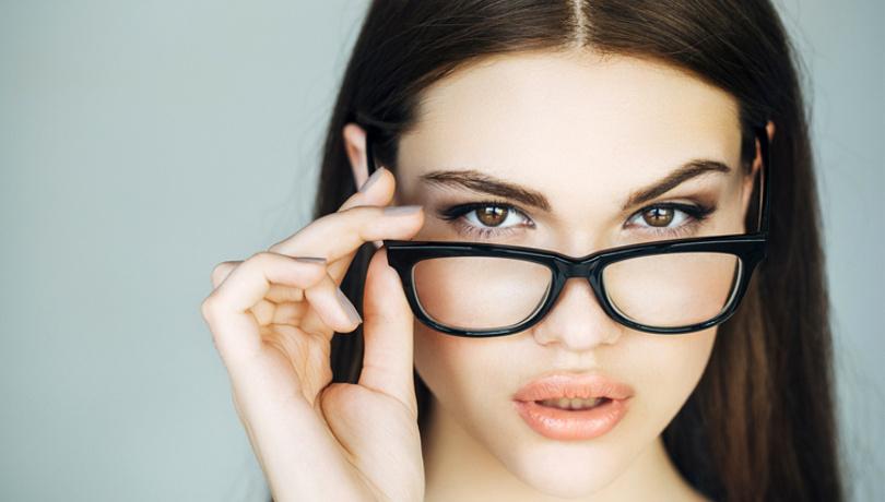 Gözlük kullananlar için pratik makyaj önerileri