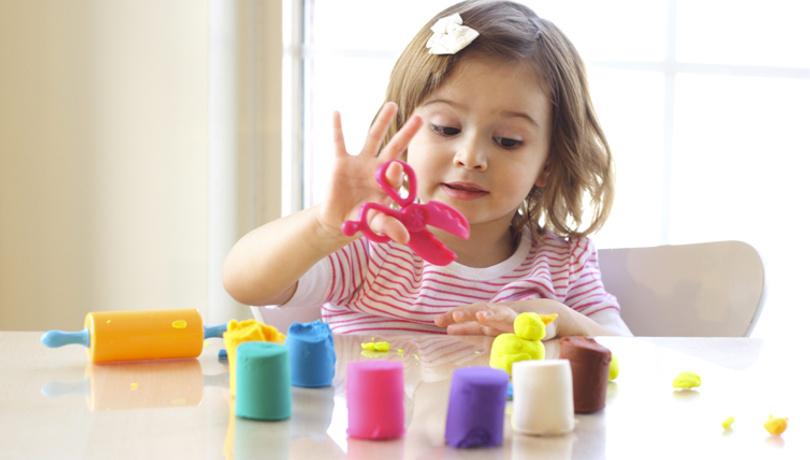 Çocuğunuz için 2 malzemeli pratik oyun hamuru tarifi