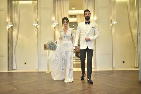 Hande Soral Ile Ismail Demirci Evlendi Gelinliği çok Konuşulacak