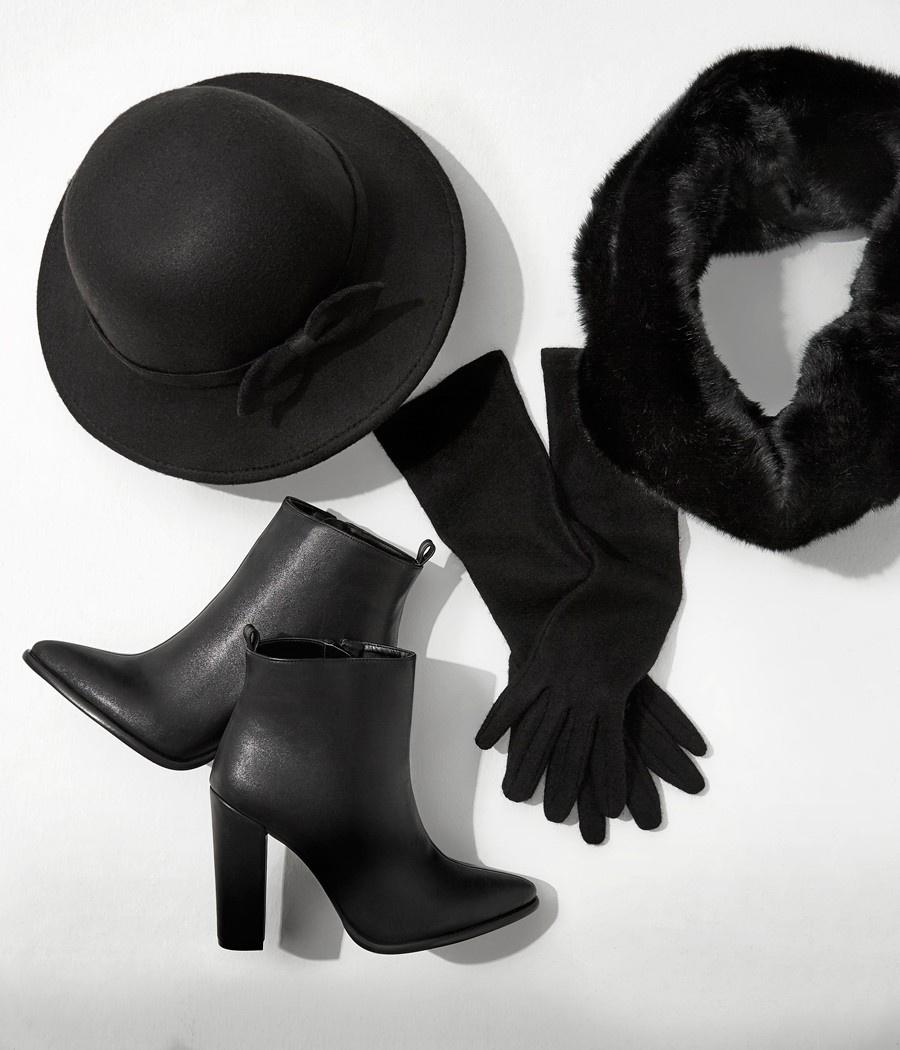 bb40cf7598eab Koton Aksesuar Parisienne koleksiyonu; siyah rengin hakimiyetinde suni  kürkleri, şık bot ve çizmeleri, şapka ve eldivenleri ile Paris ruhunu  sezona ...
